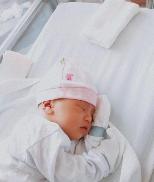 Bé Cún được mẹ chụp hình sáng 3/4. Em có nước da trắng hồng, được nhận xét đường nét gương mặt hài hòa, có nhiều nét đẹp của ba mẹ.