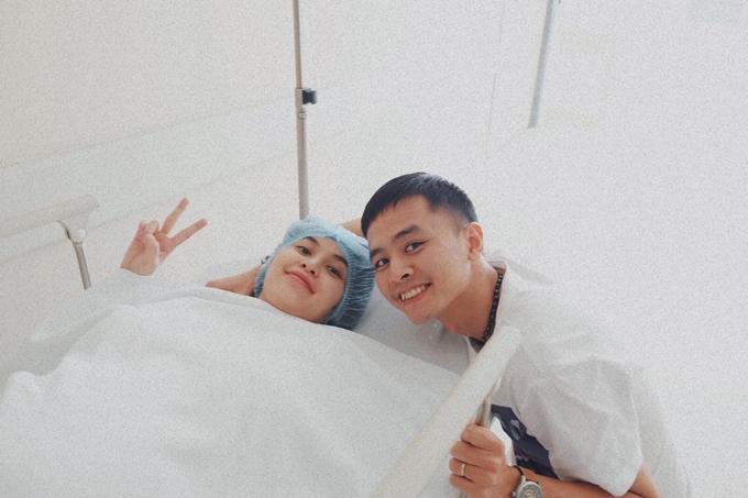 Khoảng 12h30, Tú Vi được đội ngũ y tế đẩy vào phòng phẫu thuật. Tấm hình do ba chồng Tú Vi chụp, lưu lại khoảnh khắc hai vợ chồng háo hức chờ con sắp chào đời.