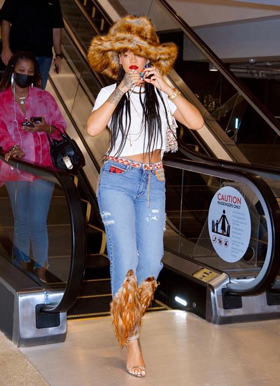 Rihanna dạo phố với trang phục độc đáo.
