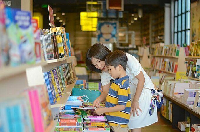 Nhờ đọc  ehon, chị Thu và bé Bon con trai chị thể hiện tình yêu với nhau một cách ngọt ngào.
