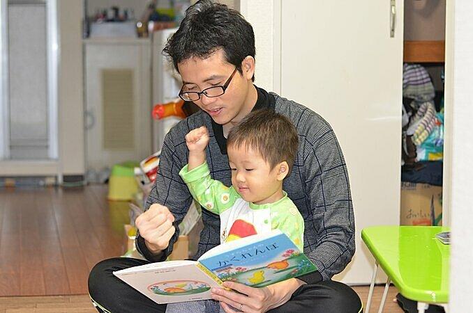 Anh Nguyễn Hữu Việt, chồng chị Thu thường xuyên đọc Ehon cho con nghe