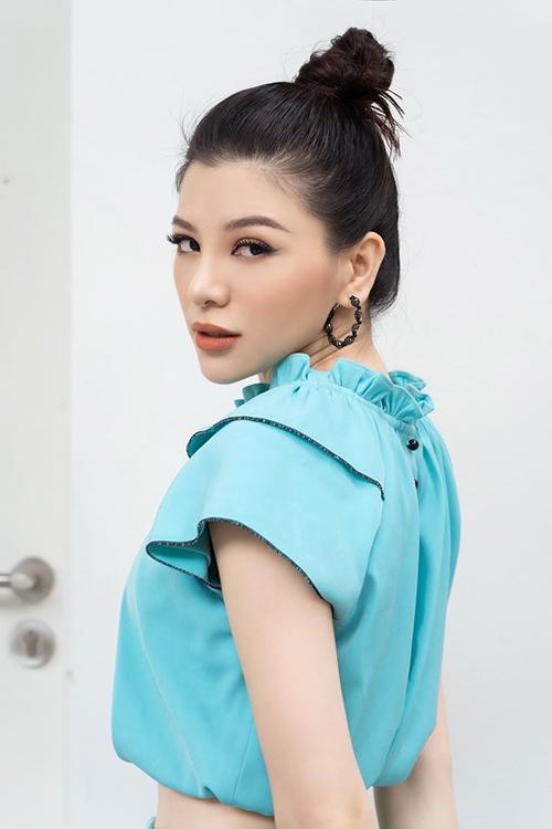 Mia Mai là NTK, fashionista có phong cách mới mẻ. Cô hướng đến sự tối giản trong ăn mặc nhưng không vì thế mà đánh mất vị thế tâm điểm ở mỗi lần xuất hiện. Để nổi bật, Mia Mai thường chọn màu sắc bắt mắt, sử dụng phụ kiện và chú trọng cách trang điểm.