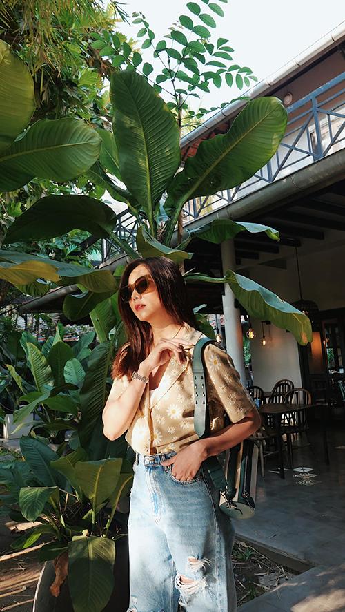 Ngoài việc tôn vẻ nữ tính với đầm mùa hè, Thanh Hăng vẫn trung thành với phong cách menswear cá tính và thể hiện sự năng động.