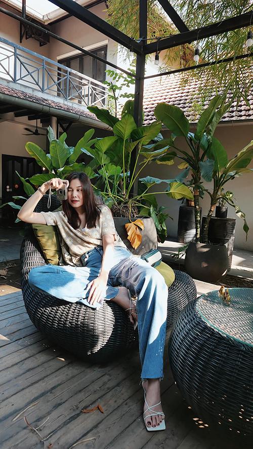 Sơ mi cổ pijama, áo ba lỗ và quần jeans cổ điển là những món đồ mang tới set trang phục giúp các nàng yêu hoạt động tự do và thoải mái trong mùa nắng.