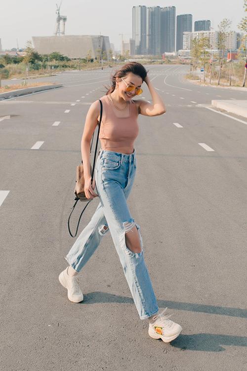 Xuống phố vào những ngày cuối tuần, phái đẹp có thể ăn mặc gợi cảm và cá tính hơn với cách phối áo hở eo cùng quần jeans rách.