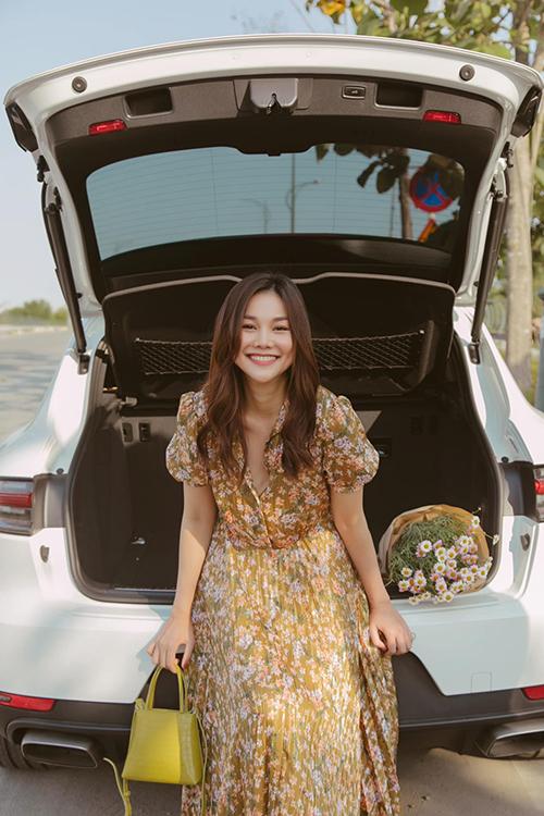 Kết hợp cùng các mẫu váy hoa theo style bánh bèo là các mẫu túi xách tay phom trung vừa vặn, màu sắc đồng điệu cùng hoạ tiết trang phục.