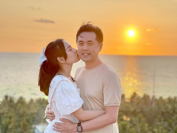 Vợ chồng nhạc sĩ Dương Khắc Linh tình tứ dưới ánh hoàng hôn trên biển Phú Quốc.