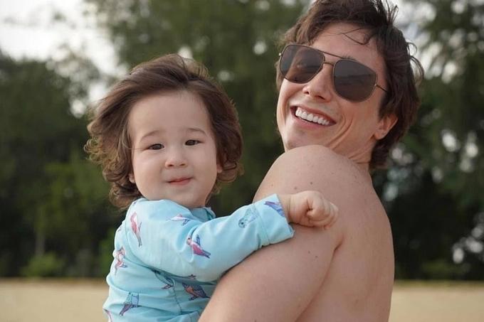 Hiện Jack gần một tuổi, ngày càng bụ bẫm, được mẹ nuôi tóc dài bồng bềnh. Trang cá nhận của cậu bé cũng đạt gần 32.000 lượt theo dõi.