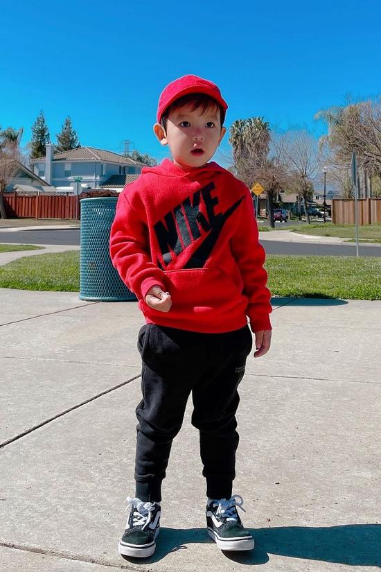 Max hơn hai tuổi, đã đi học mẫu giáo ở trường gần nhà. Tuy còn nhỏ, hóc tỳ đã ra dáng soái ca trong tương lai.