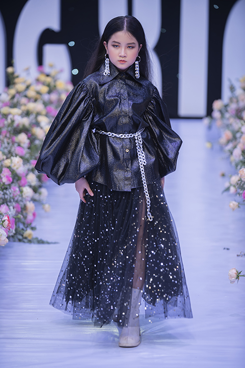 Để tạo nên nét cá tính cho dòng thời trang thiếu nhi, Hà Nhật Tiến vẫn giữ những phom dáng đặc trưng trong thiết kế như chi tiết quá cỡ ở vai, tùng váy dập lập và sự đính kết ngẫu hứng.