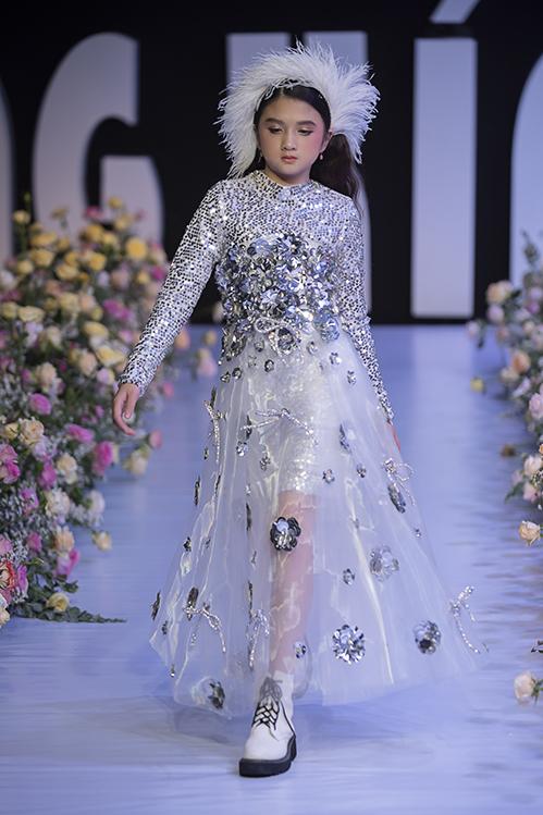 Bên cạnh màu đơn sắc, Hà Nhật Tiến còn sử dụng ánh kim để giúp các mẫu đầm trắng thêm phần nổi bật.