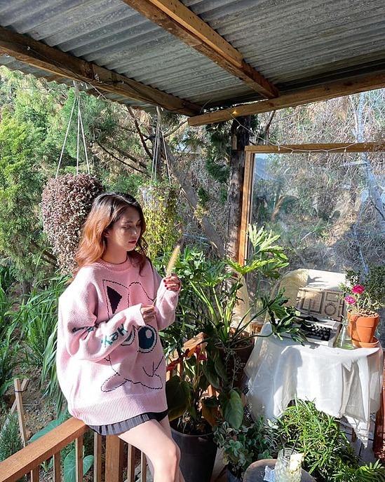 Nhiều khán giả bắt gặp Ngọc Trinh trong chuyến đi khen cô trẻ trung, thân thiện và vui vẻ.