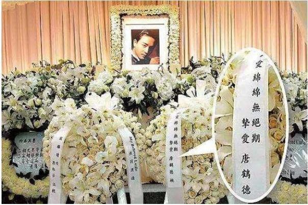 Tang lễ một màu hoa trắng của Trương Quốc Vinh.