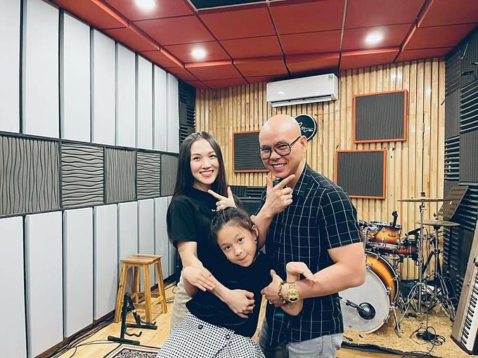 Khoảnh khắc vui nhộn của Phan Đinh Tùng bên vợ và con gái.