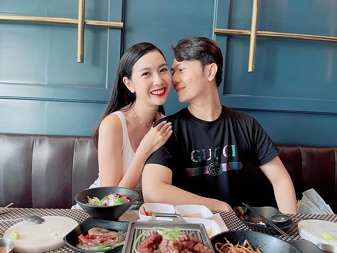 Á hậu Thúy Vân và ông xã Nhật Vũ trốn con đi ăn.