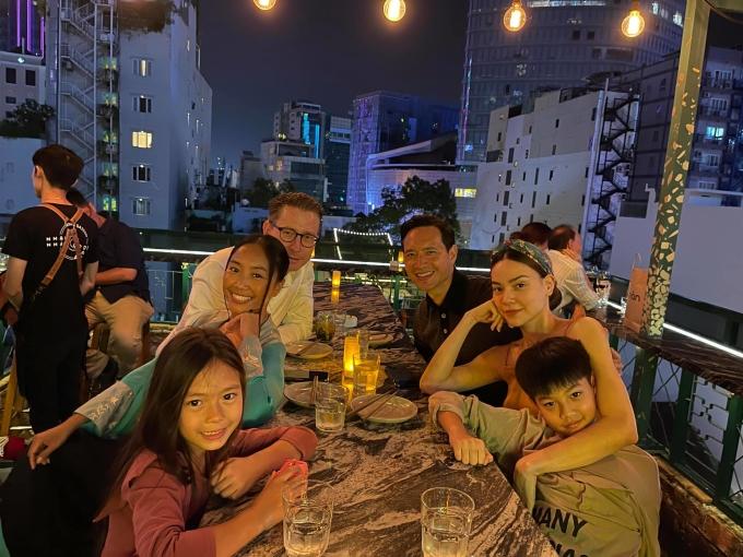 Vợ chồng ca sĩ Đoan Trang cùng con gái thưởng thức bữa tối cùng gia đình Hà Hồ tại một nhà hàng sang trọng ở quận 1, TP HCM.