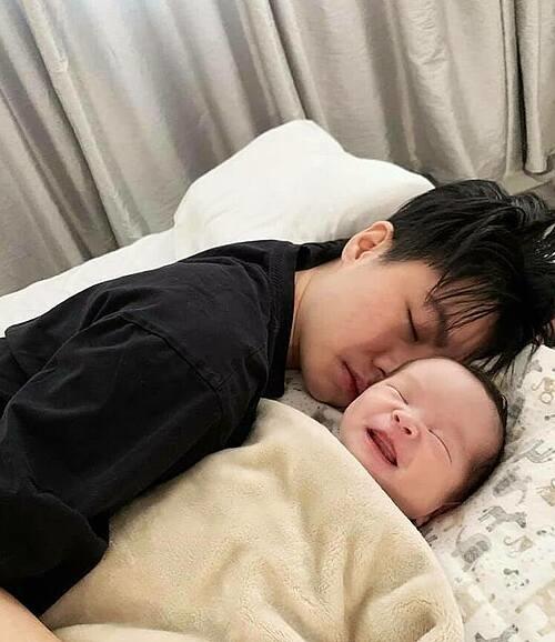 VloggerAn Nguy hé lộ hình ảnh con gái mới chào đời tươi rói bên người yêu đồng giới Alex Nguyễn.