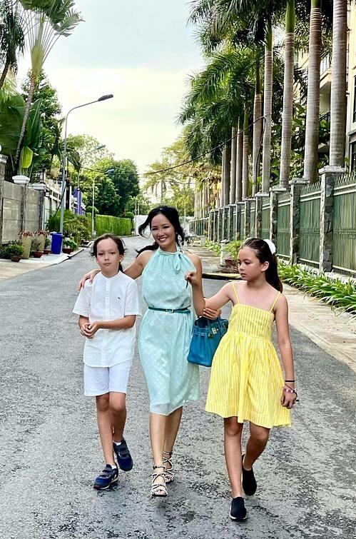 Ca sĩ Hồng Nhung rạng rỡ dạo phố cùng hai con song sinh Tôm - Tép.