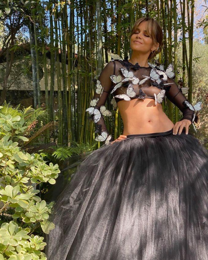 Vóc dáng săn chắc, khỏe khoắn của Halle Berry ở tuổi 54 khiến không ít cô gái trẻ xuýt xoa.