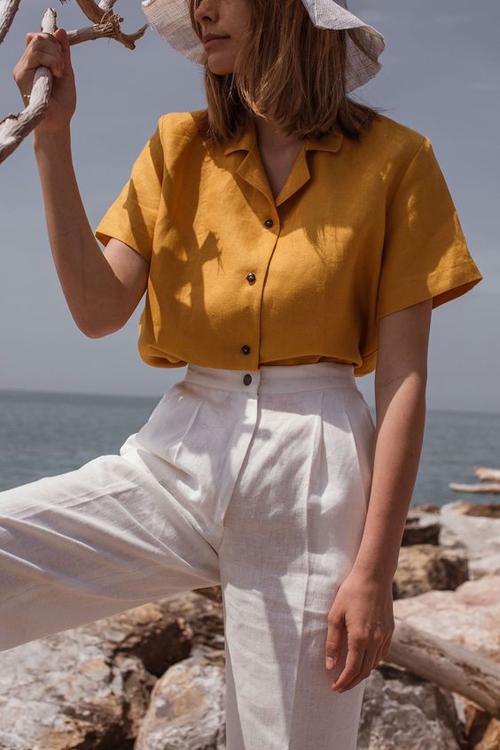 Set đồ mùa hè cho nàng công sở thích ăn diện nổi bật khi đến văn phòng với cách phối sơ mi cổ pijama đi cùng quần linen trắng.