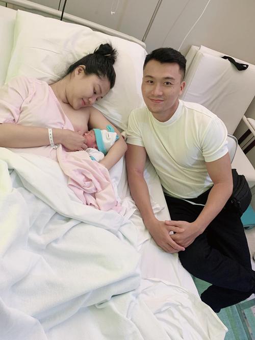 Nam diễn viên 29 tuổi được đồng hành cùng vợ từ đầu đến cuối hành trình vượt cạn, thấy xót cho vợ khi chịu cơn đau đẻ để con chào đời mạnh khỏe.