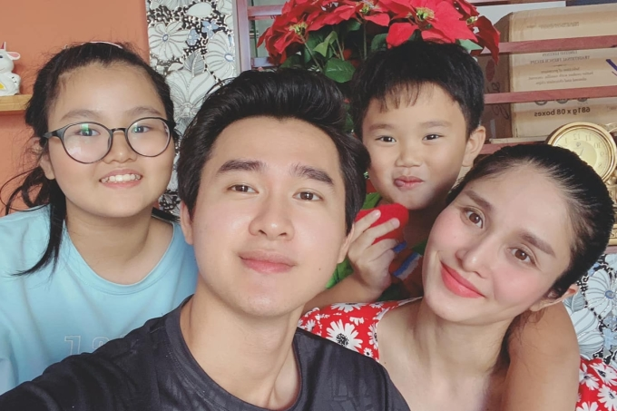 Quang Pháp cũng gắn bó, yêu thương con gái riêng của vợ (trái).