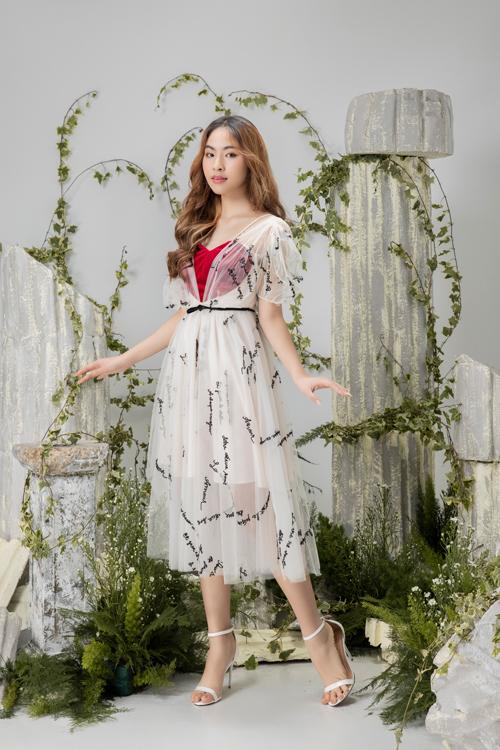 Vải lưới trong suốt được kết hợp nhịp nhàng cùng lụa mềm để mang tới mẫu váy thắt eo điệu đà.