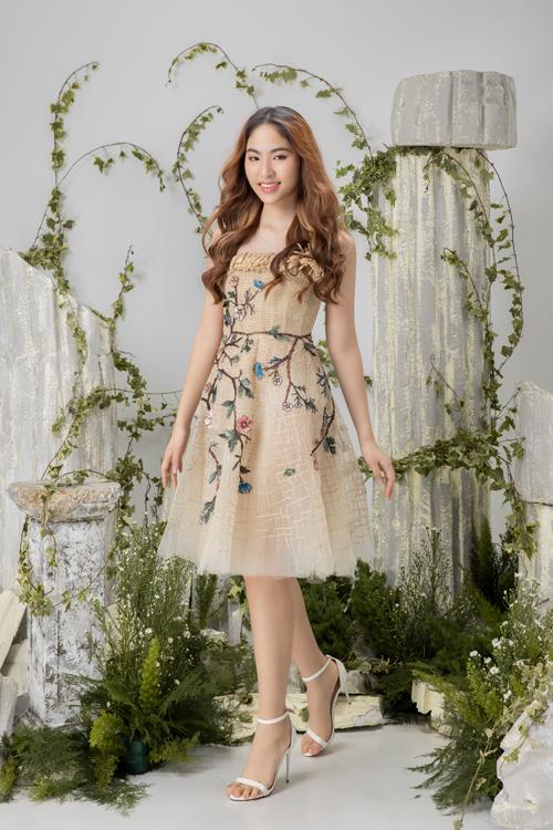 Đầm mùa hè dành cho các thiếu nữ được tô điểm bằng hình ảnh hoa lá,chim muông với nhiều sắc màu tôn nét lãng mạn.