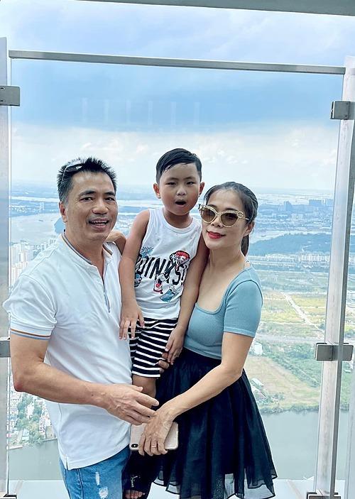 Vợ chồng ca sĩ Mỹ Lệ và con trai pose hình tại tòa nhà Landmark 81 tầng cao nhất Việt Nam.