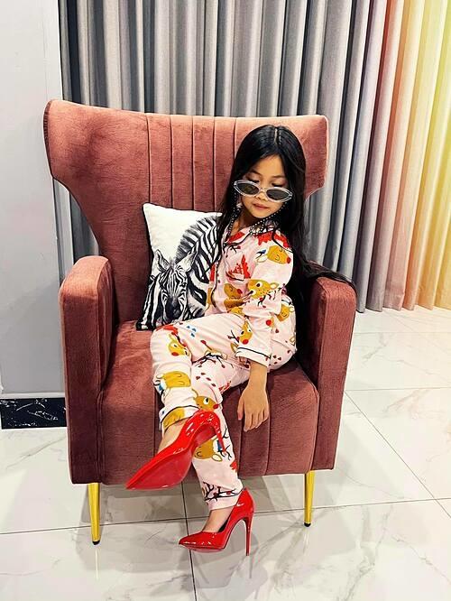 Trong ngày sinh nhật tròn 8 tuổi, bé Cola Linh Đan được MC Ốc Thanh Vân đồng ý làm gì cũng được. 23h đêm cô bé lấy giày và kính của mẹ ra uống trà chiều tại nhà riêng để mẹ pose hình sang chảnh.