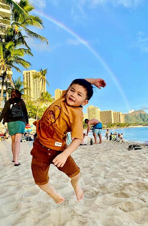 Thủy Tiên - bà xã Đan Trường - chia sẻ: Hai mẹ con đi nghỉ ở Hawaii nhưng mỗi ngày mẹ cảm thấy mẹ đang chạy Marathon với Thiên Từ vậy, vì ngày nào Thiên Từ cũng đầy sức lực để đi chơi hết.