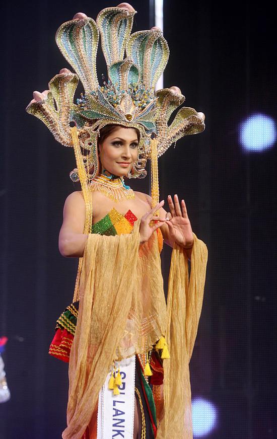 Pushpika de Silva từng dự thi nhiều cuộc thi sắc đẹp và hiện là một người mẫu.
