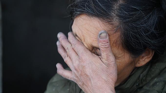 Bà Hải gạt nước mắt khi kể chuyện cuộc đời mình.
