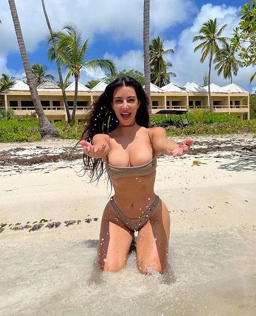 Người đẹp 40 tuổi hạnh phúc ngất ngây khi tài sản ròng cán mốc 1 tỷ USD.