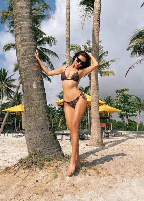 Minh Tú tắm nắng và khoe hình thể gợi cảm trên biển với mẫu bikini in hoạ tiết đốm da beo.