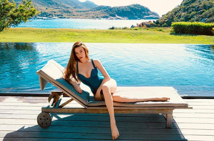 Đầu mùa hè 2021, Hồ Ngọc Hà lăng xê nhiều kiểu áo tắm hot trend, trong đó có cả các mẫu monokini hợp mốt.