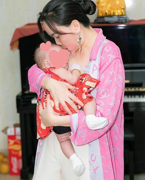 Con gái chung với Quách Ngọc Ngoan gần 3 tuổi nhưng hiện Phượng Chanel mới hé lộ ảnh chụp bé lúc hai tháng tuổi.