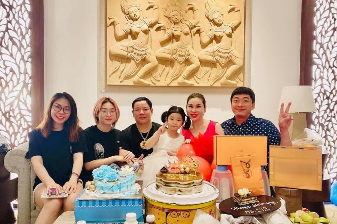 Sinh nhật của Thu Trà vào ngày 6/1. Hàng năm, chị đều tổ chức sinh nhật, tạo dịp họp mặt gia đình lẫn bạn bè.