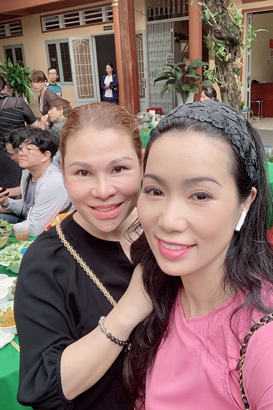 Thu Trà hội ngộ Trịnh Kim Chi ở một hoạt động thiện nguyện.