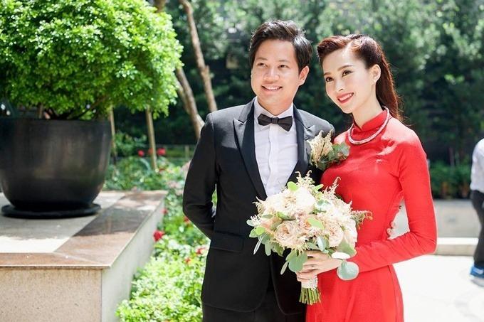 Lựa chọn này của Nhuệ Giang gợi nhắc tới quyết định của hoa hậu Đặng Thu Thảo trong ngày làm đám hỏi với doanh nhân Trung Tín ngày 6/10/2017. Bộ áo dài của hoa hậu được làm từ chất liệu vải gấm, không đính kết họa tiết, mang phom dáng truyền thống. Điểm đặc biệt của bộ áo dài là họa tiết chữ Song Hỷ màu đỏ được in chìm trên vải áo. Vải áo dài được NTK Thuận Việt lựa chọ tỉ mỉ bởi cô dâu thích sự tối giản, truyền thống. Vì vậy, chất liệu vải cần có có độ bóng và mềm rủ vừa phải để tôn vóc dáng mảnh mai, cân đối của người đẹp.