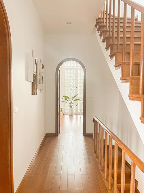 Phong cách Santorini thể hiện rõ nét ở những khung cửa hình vòm mềm mại.