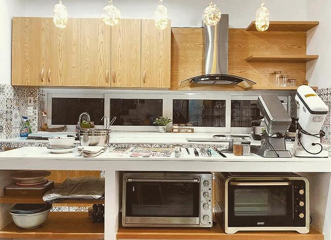 Khu bếp với các dụng cụ làm bánh, lò nướng... được sắp xếp gọn gàng.