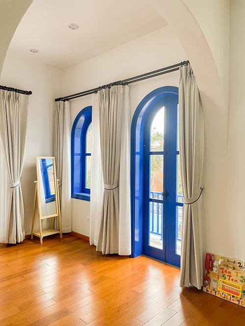 Những khung cửa mang sắc xanh biển - điểm đặc trưng của phong cách Santorini.