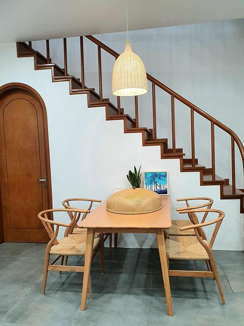 Đồ nội thất bằng tre và gỗ thân thiện với môi trường. Gia chủ lựa chọn kiểu dáng tối giản, chủ yếu chú trọng vào công năng của vật dụng.