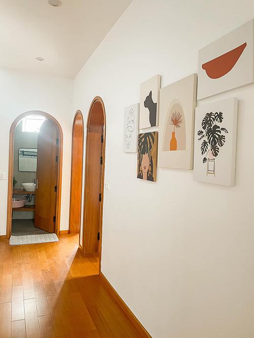 Tranh treo tường là điểm nhấn dọc lối đi tới các phòng.