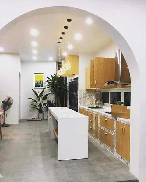 Nhà anh vừa kết hợp kinh doanh và ở, với tầng 1 dành riêng cho cô em gái ruột bán bánh và hoa theo sở thích.