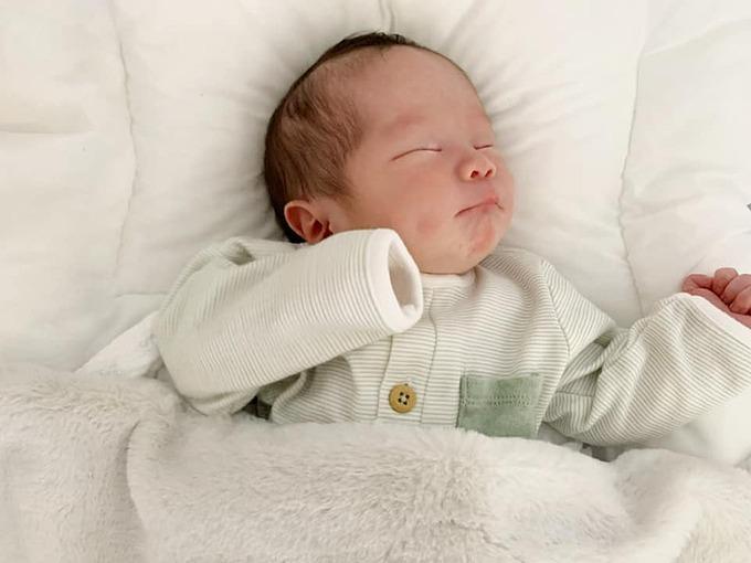 An Nguy đăng ảnh đáng yêu của con gái khi ngủ và hài hước viết: Mặt tròn như cái quạt mo. Anh nào vớ được ấm no cả đời.