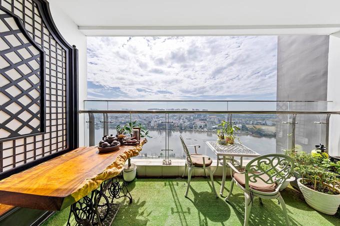 Ưu điểm khác của căn hộ là ban công rộng, đón được nhiều ánh sáng mặt trời. Vợ chồng chị Vân Anh sắp xếp nơi đây thành góc thưởng trà, thư giãn.