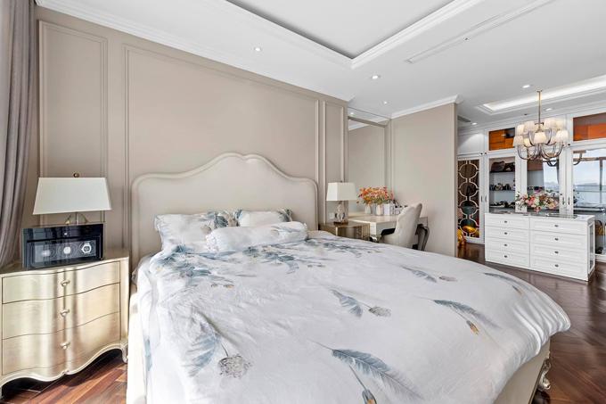 Toàn bộ nội thất được nhập khẩu được gia chủ chọn màu kem chủ đạo, giúp ngôi nhà trông sang trọng hơn.