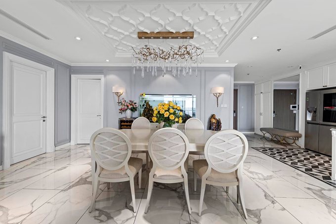 Phòng ăn và bếp được thiết kế mở, tạo cảm giác rộng rãi và thoáng đãng cho không gian chung.